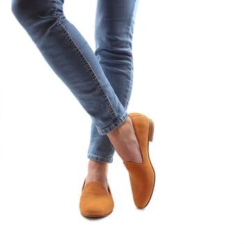 vue portee interieur slippers classiques cuir daim camel jules & jenn