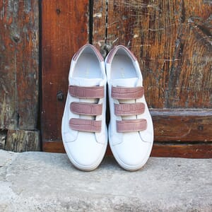 vue posee baskets a scratch cuir blanc et rose jules & jenn