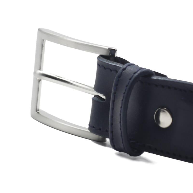 gros plan boucle ceinture classique cuir bleu jules et jenn
