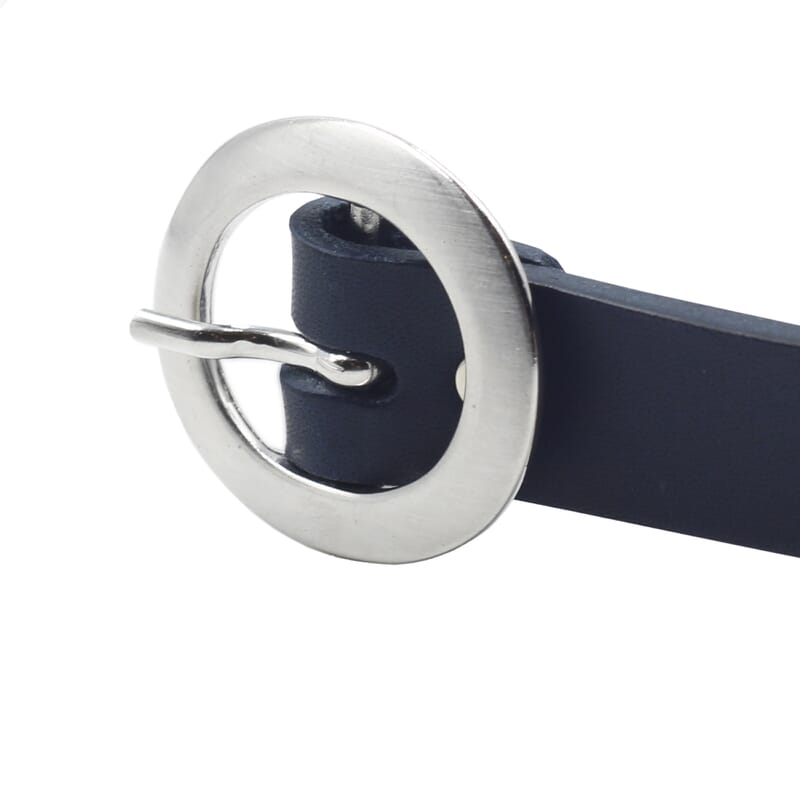 gros plan boucle ceinture fine cuir bleu jules&jenn