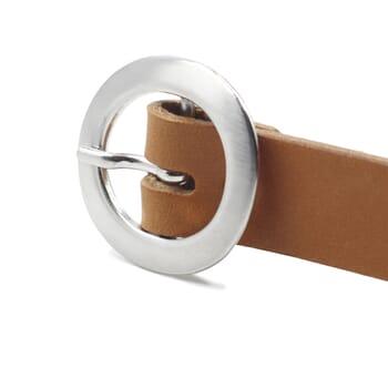 gros plan boucle ceinture fine cuir camel jules&jenn