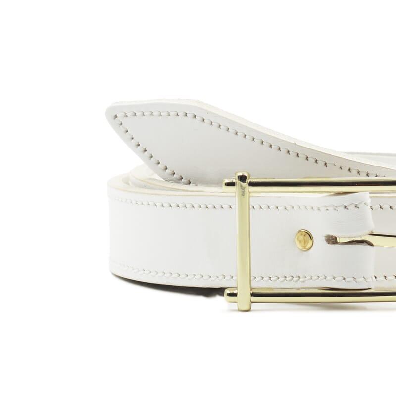gros plan ceinture blanc cuir mademoiselle