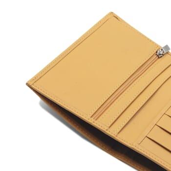 gros plan portefeuille classique cuir jaune