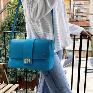 vue portee sac bandouliere cuir daim bleu clair jules & jenn
