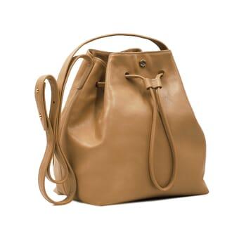 vue de cote sac seau cuir camel jules & jenn