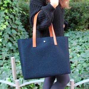 vue portée sac cabas drap de laine bleu JULES & JENN