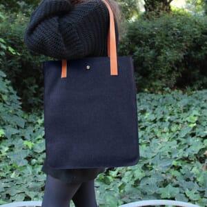 vue portée sac cabas ultra-fin drap de laine bleu JULES & JENN