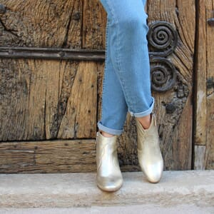 vue portee bottines cowboy cuir métallisé doré jules & jenn