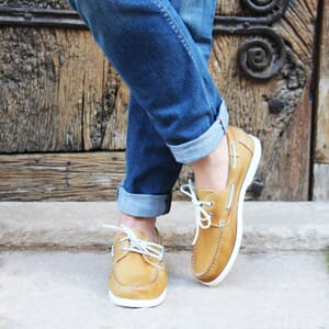 vue portee chaussure bateau cuir brossé jaune jules & jenn