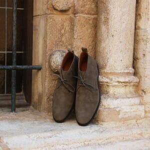 vue posée desert boots cuir daim kaki jules & jenn