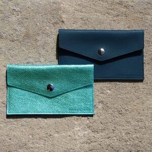 vue multi produits pochette enveloppe cuir grainé upcyclé bleu denim petit modèle jules & jenn