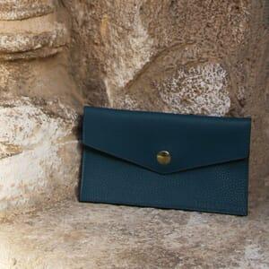 vue extérieur pochette enveloppe cuir grainé upcyclé bleu denim jules & jenn