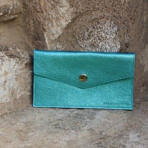 vue en exterieur pochette enveloppe cuir upcyclé bleu métallisé jules & jenn