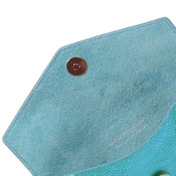 vue de dessus pochette enveloppe cuir upcyclé bleu métallisé jules & jenn