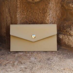 vue posée Pochette enveloppe cuir upcyclé beige jules & jenn