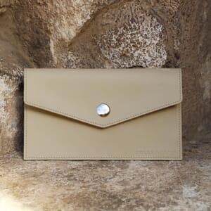 vue en exterieur Pochette enveloppe cuir upcyclé beige jules & jenn