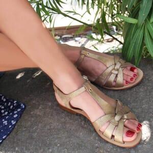 vue portee sandales croisees cuir daim metallise dore jules & jenn