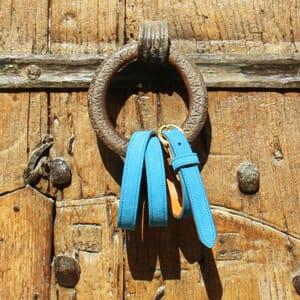 vue posee ceinture boucle d or cuir daim bleu azur jules & jenn