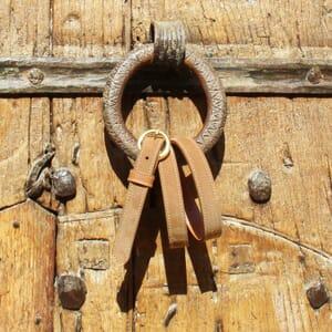 vue posee ceinture boucle or cuir daim camel jules & jenn