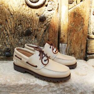 vue posée chaussures bateau crampons beige JULES & JENN