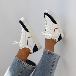 vue portee baskets retro femme cuir blanc & bleu jules & jenn