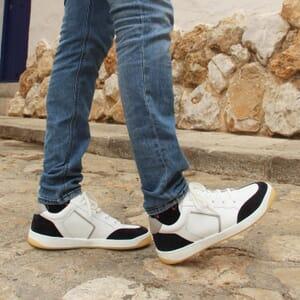 vue portee baskets retro homme cuir blanc & bleu jules & jenn