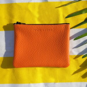vue posee pochette cuir graine upcycle orange petit modele jules & jenn