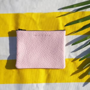 vue posee pochette cuir graine upcycle rose petit modele jules & jenn