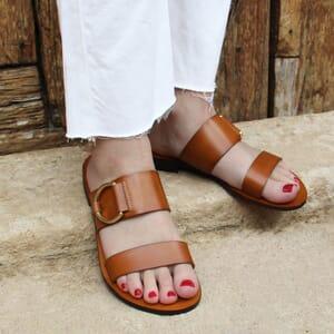 vue portee sandales plates boucle cuir camel jules & jenn