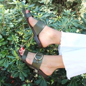 vue portee sandales plates boucle cuir vert jules & jenn