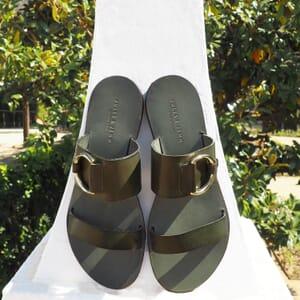 vue posee sandales plates boucle cuir vert jules & jenn