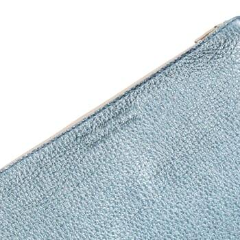 vue serree pochette cuir graine metallise bleu jules & jenn