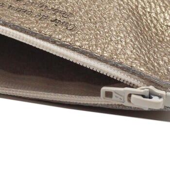 vue serree pochette cuir graine metallise dore petit modele jules & jenn